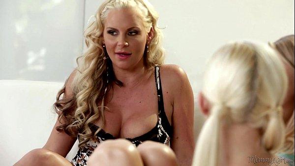 Phoenix Marie, la milf blonde enseigne aux jeunes comment on peut prendre du plaisir avec des jeux au cul