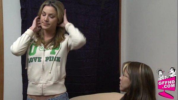 Quand la blonde et la brune se retrouvent seules dans une chambre, ça finit forcément en un plan sexe torride